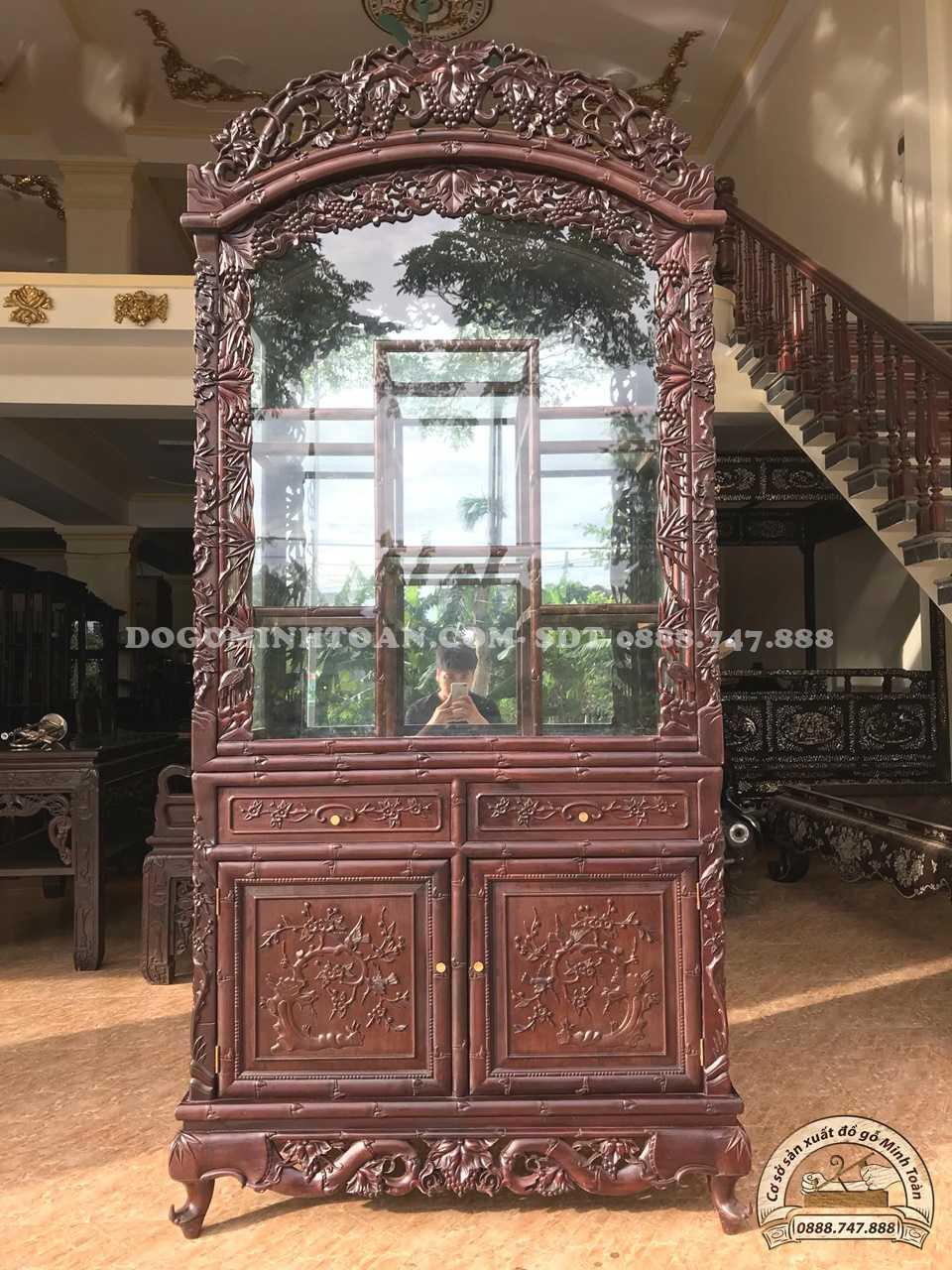 Tủ gỗ trưng bày đồ cổ đục trúc nho